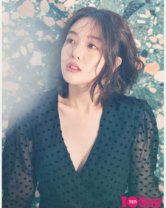 方敏雅最新时尚杂志写真深V黑裙女人味十足